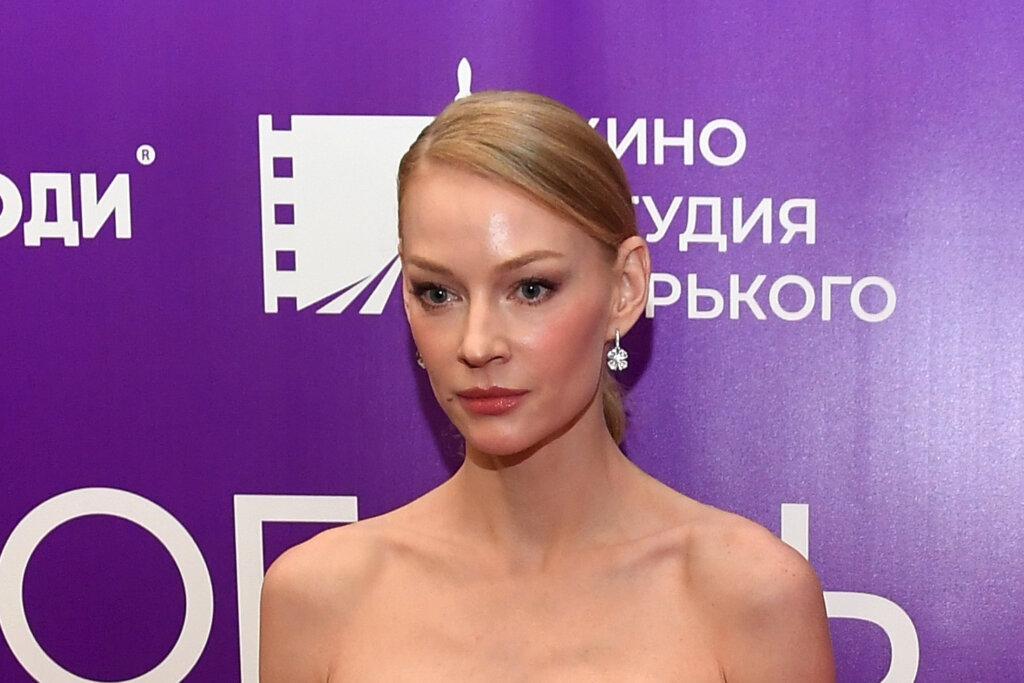 Светлана Ходченкова на умопомрачительных каблуках и в секси-костюме свела россиян с ума