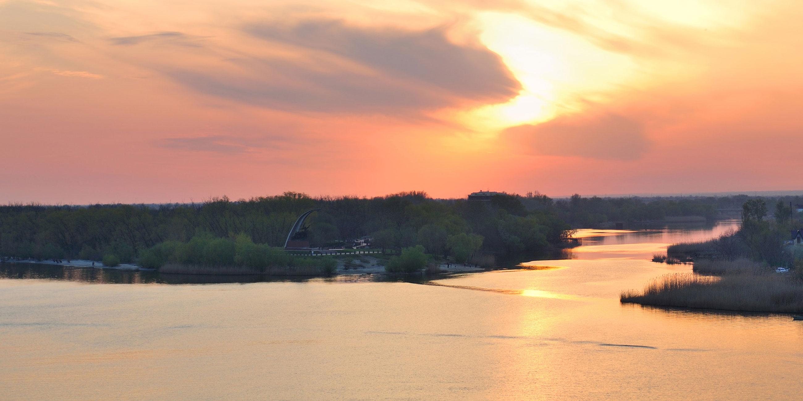 Сделайте панорамный снимок мемориального комплекса с мостаФото: Андрей Арестов, lori.ru