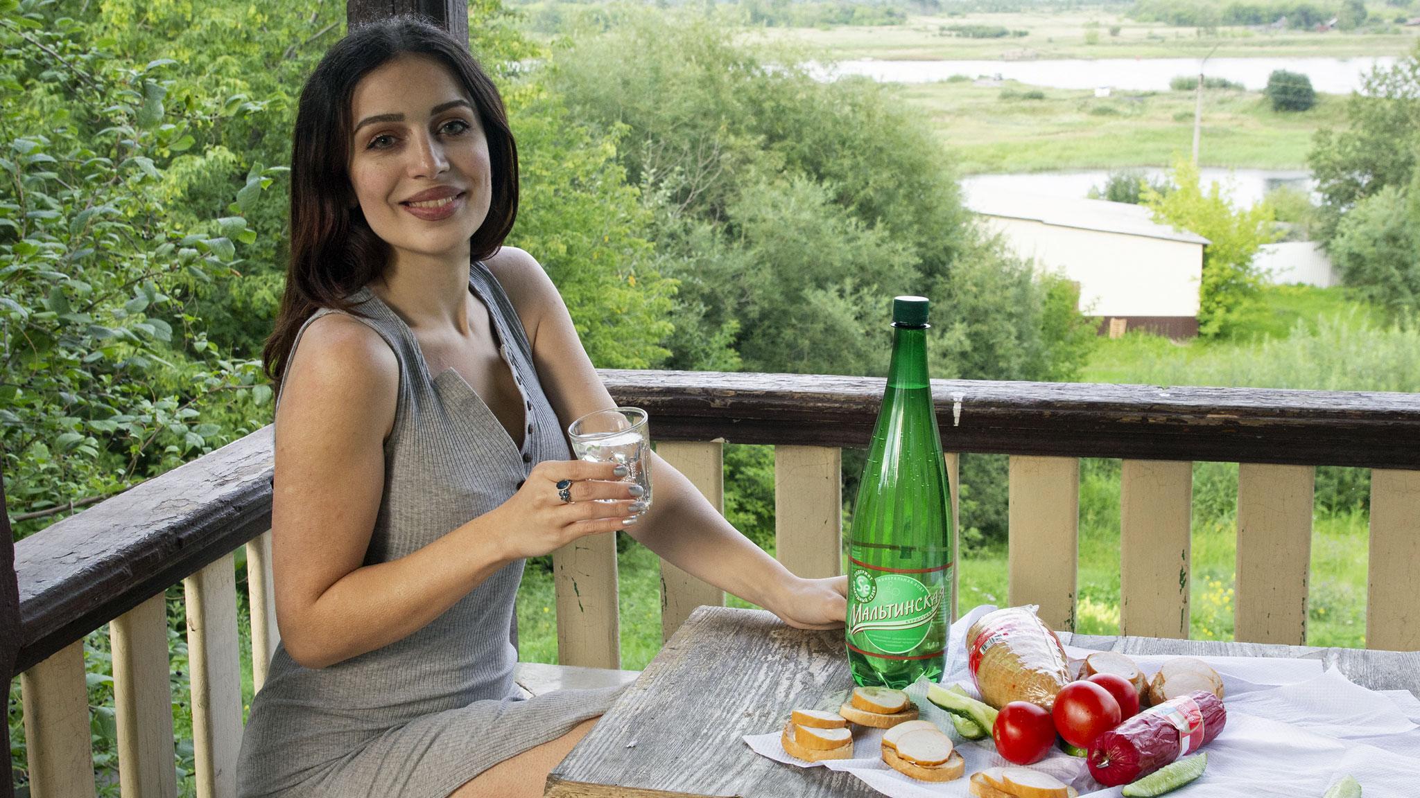 девушка пьет мальтинскую воду