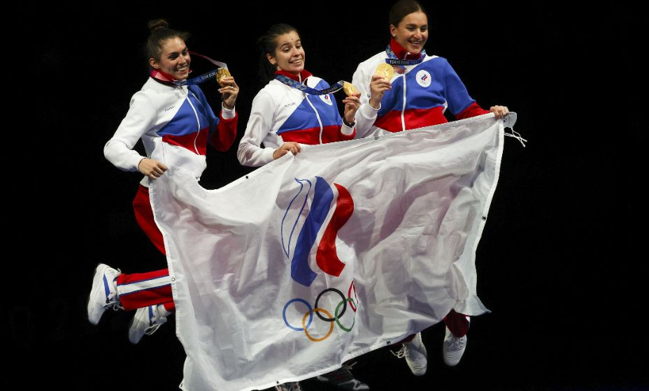 София Позднякова, Ольга Никитина, Софья Великая - олимпийские чемпионки Токио в командном туре по сабле. Фото: Reuters
