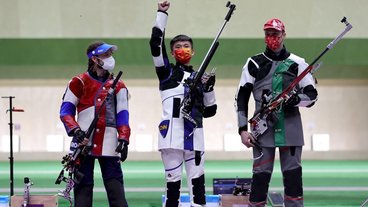 Сергей Каменский (слева) с призерами Олимпиады. Фото: REUTERS
