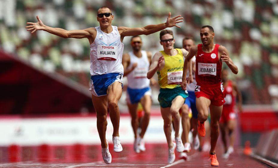 Антон Кулятин первым добрался до финиша в беге на 1500 метров в категории Т13. Фото: Reuters