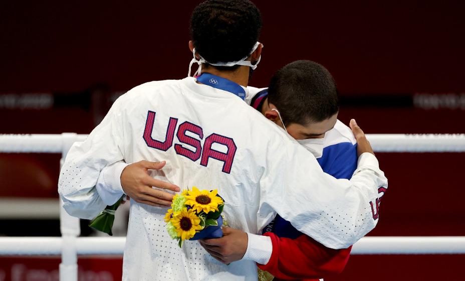 Российский боксер Альберт Батыргазиев после завоевания золотой  медали Олимпийских игр обнял американца Дюка Рэгана. Фото: Reuters
