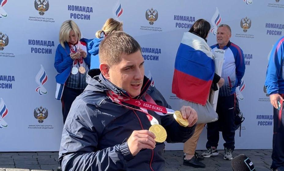 Александр Кузюков раздает интервью и показывает два «золота» в фехтовании. ФОто: Дениса Акинина