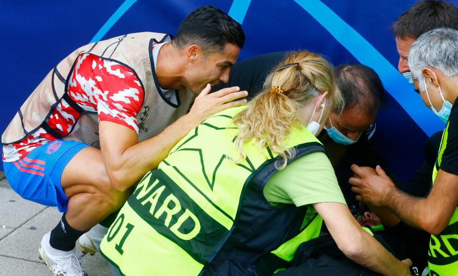 Криштиану Роналду случайно попал мячом в голову девушке-стюарду. Фото: Reuters